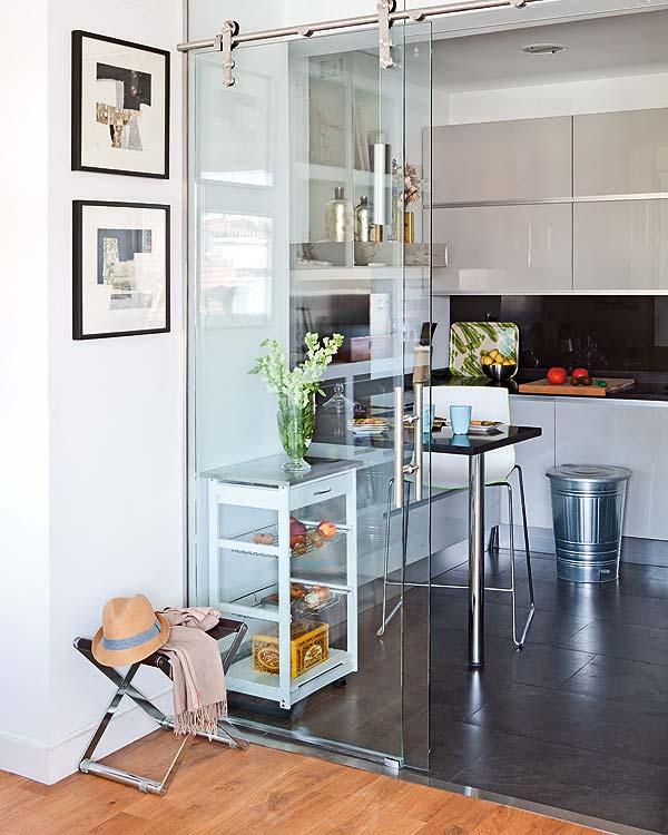 Porta de vidro entre sala e cozinha. Um charme!