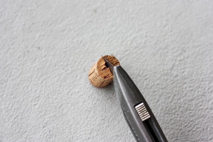 Faça um corte com pouca profundidade e cuidado com o estilete!