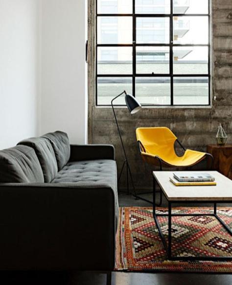 Coral, Bege, Nude e Cru no tapete, Amarelo e Grafite no mobiliário e Branco nas paredes. Sofisticado!