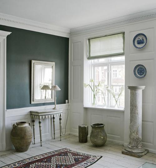 Verdes, Azuis, tons de Rosa no tapete e acessórios Cinzas se completam com perfeição neste hall. Suave, delicado, lindo!
