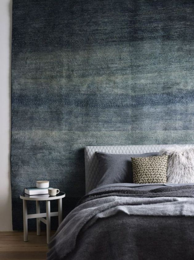 Texturas, cores e tamanhos variados. Estilo contemporâneo. Detalhe da tapeçaria na parede